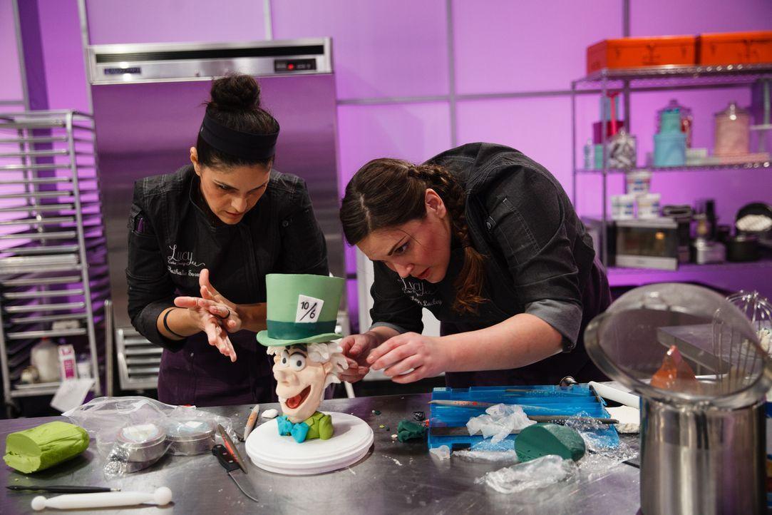"""Um die """"Cake Wars""""-Challenge zu gewinnen, geben Nathalie Sorenson (r.) und Kaysle Lackey (l.) alles und scheuen keine Mühe ... - Bildquelle: Emile Wamsteker 2016,Television Food Network, G.P. All Rights Reserved"""