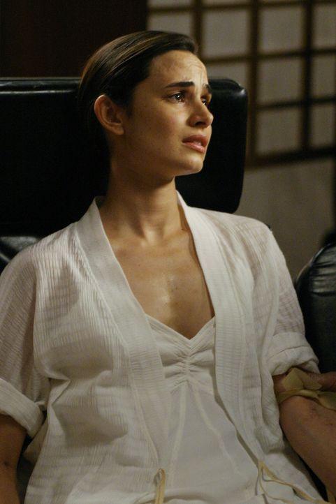 Nadia (Mia Maestro) wird von Sloane festgehalten ... - Bildquelle: Touchstone Television