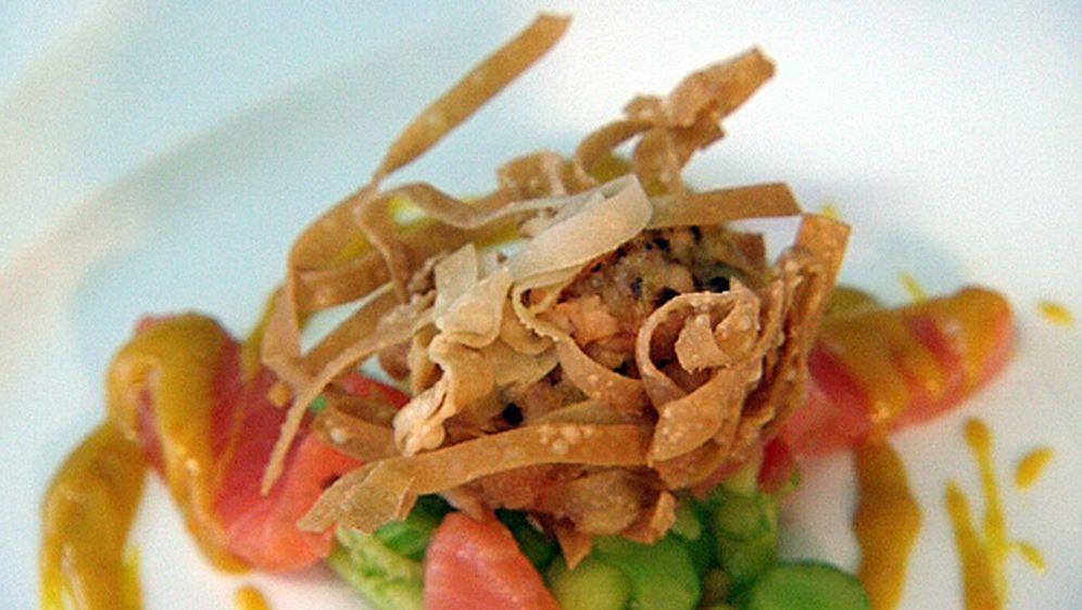Lachs auf Staudensellerie-Gurkensalat mit Orangenlimonadensenf - Bildquelle: ProSieben