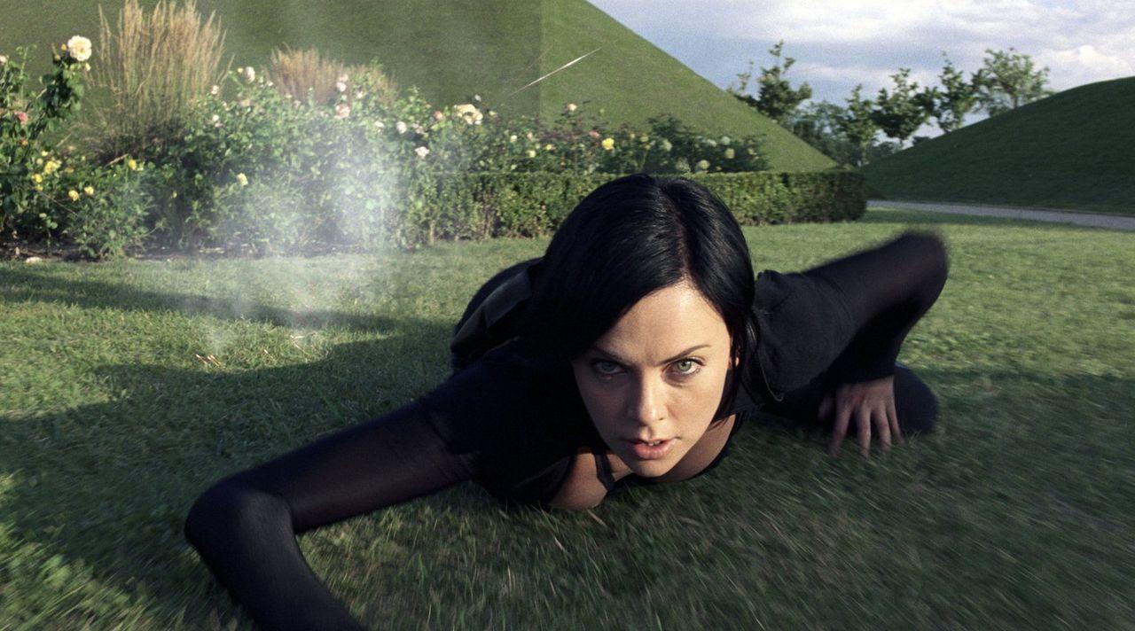 Als Una, die Schwester der Top-Agentin der Aufständischen, Aeon Flux (Charlize Theron), spurlos verschwindet, macht sich diese auf, um den Diktatore... - Bildquelle: 2004 by PARAMOUNT PICTURES. All Rights Reserved.
