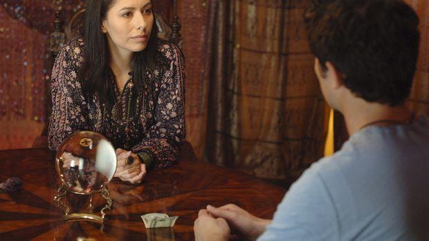Die Hellseherin (Carmen Moore, l.) hat eine schlechte Nachricht für Klye (Mat...
