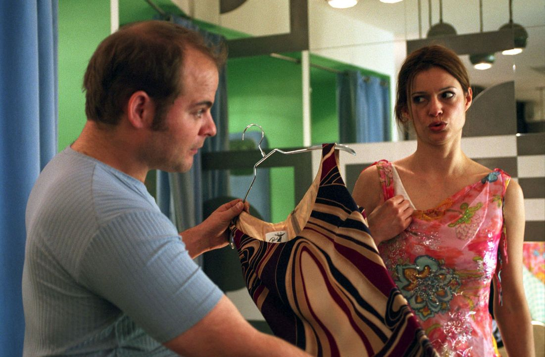 Josh (Matthias Klimsa, l.) berät Paula (Suzan Anbeh, r.) in der Auswahl des Abendkleides, das sie auf Jans Hochzeit tragen soll. Schließlich ist das... - Bildquelle: Sat.1