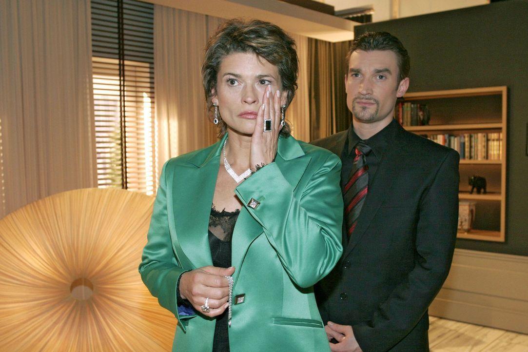 Während Sophie (Gabrielle Scharnitzky, l.) um Fassung ringt, sieht Richard (Karim Köster, r.) in Friedrichs Herzinfarkt nur Vorteile für sein Vor... - Bildquelle: Sat.1