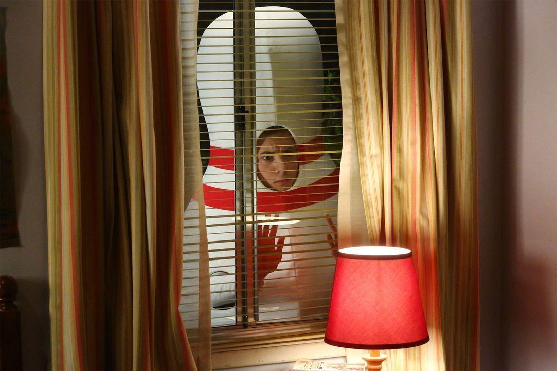 Sue setzt alles daran, ihr altes Zimmer von Brick (Atticus Shaffer) zurückzubekommen, als sie übers Wochenende zu Hause ist ... - Bildquelle: Warner Bros.