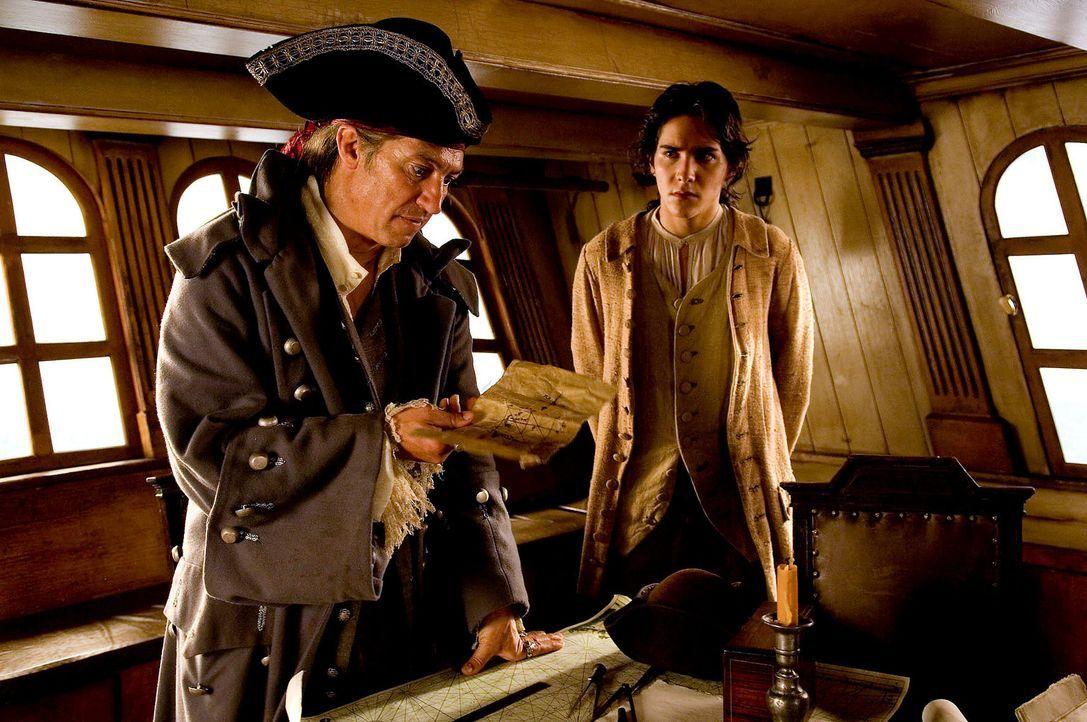 """Als Long John Silver (Tobias Moretti, l.) als Schiffskoch auf der """"Hispaniola"""" anheuert, ahnt niemand, dass Silver ein berüchtigter Pirat auf Schat... - Bildquelle: Gordon Mühle ProSieben"""