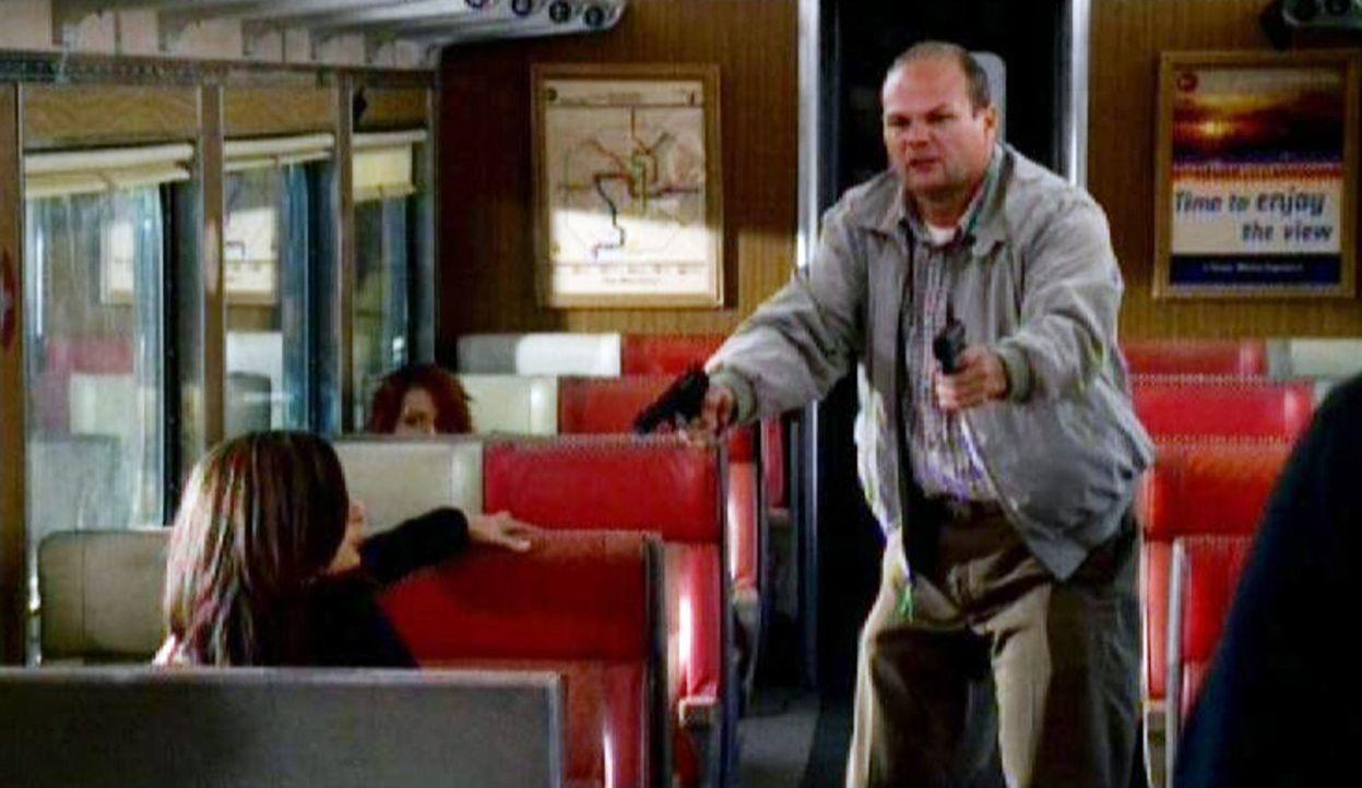 Elle (Lola Glaudini, l.) wird von dem psychisch gestörten Dr. Bryar (Chris Bauer, r.) im Zug nach Dallas bedroht ... - Bildquelle: Touchstone Television