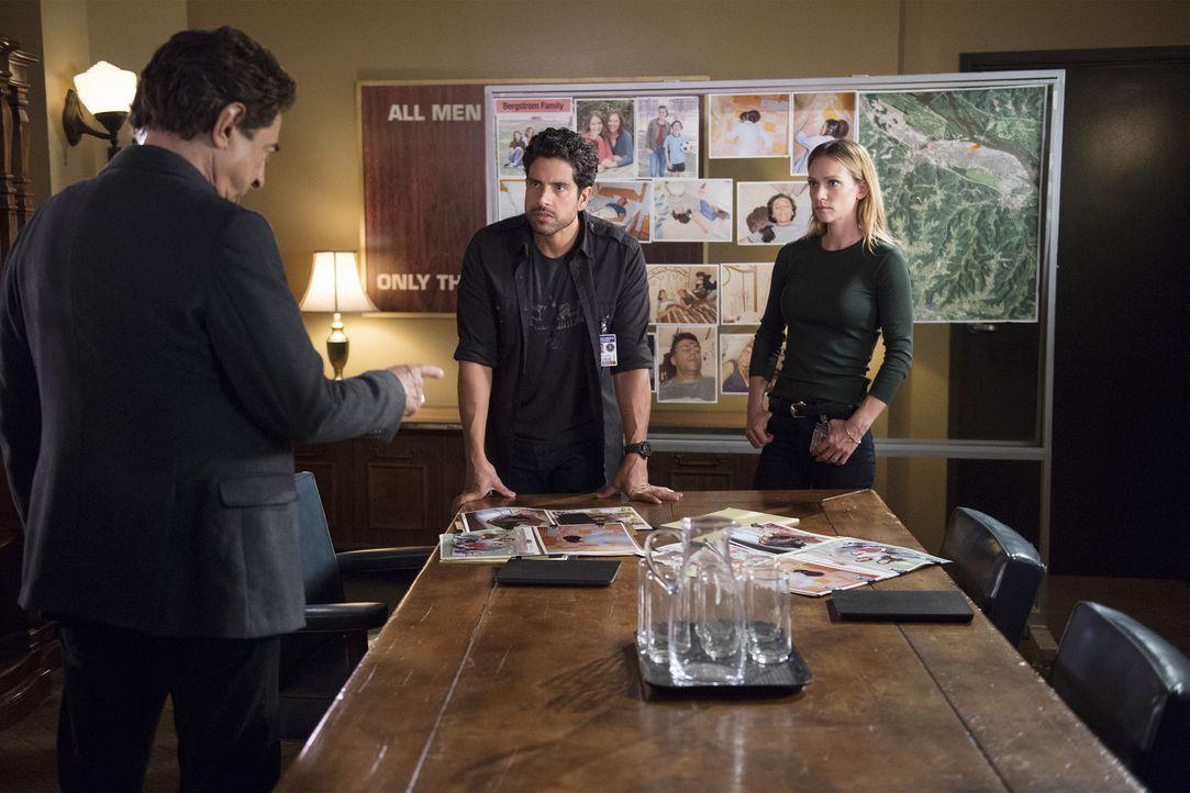 Ein neuer Fall, bei dem die Familien zweier Schüler ermordet wurden, beschäftigt das Team um Rossi (Joe Mantegna, l.), JJ (AJ Cook, r.) und Luke (Ad... - Bildquelle: Neil Jacobs ABC Studios