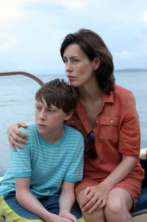 Noch ahnen Kim Peabody (Gina McKee, r.) und ihr Sohn Adam (George MacKay, l.) nicht, dass sie in Khao Lak Grauenvolles erwartet ... - Bildquelle: Kerry Brown 2006 Home Box Office Inc. All Rights Reserved.