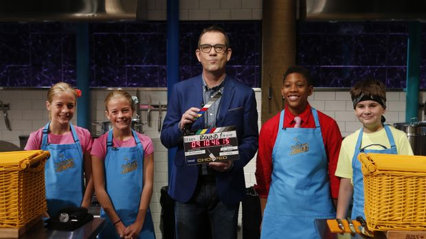 Ted Allen (M.) lässt vier Juniorköche in seiner Chopped-Küche gegeneinander a...