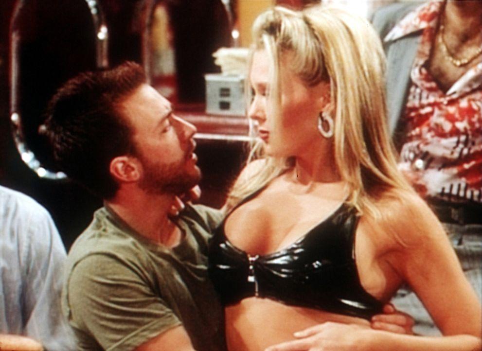 Bud (David Faustino, l.) versucht, eine Blondine zu überreden, zu ihm in den Keller zu ziehen. - Bildquelle: Sony Pictures Television International. All Rights Reserved.