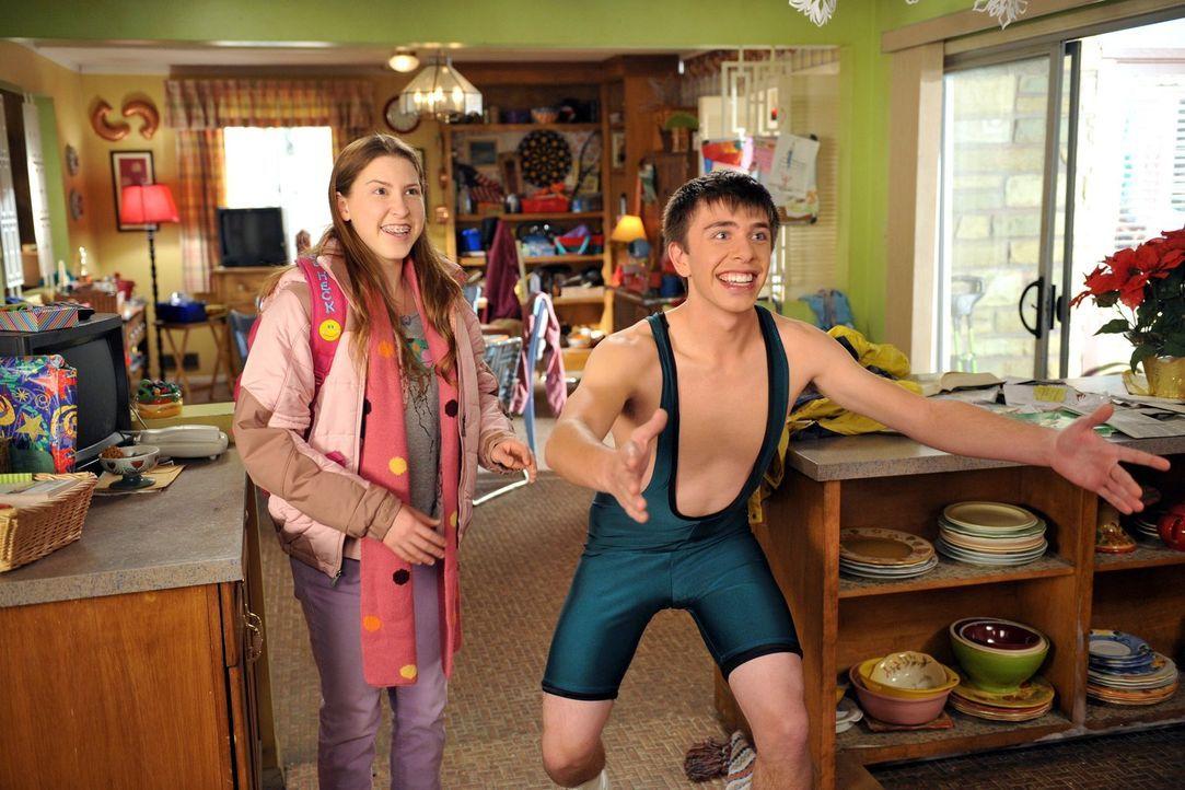 Brad (Brock Ciarlelli, r.) präsentiert Frankie und Mike stolz sein neues Wrestling-Outfit. Währenddessen hat Sue (Eden Sher, l.) eine Idee, wie sie... - Bildquelle: Warner Brothers
