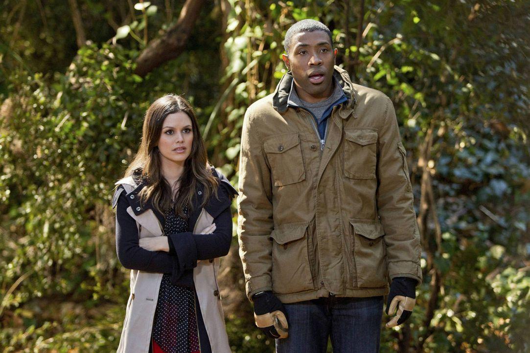 Zwar will sich Zoe (Rachel Bilson, l.) aus den Angelegenheiten der anderen Leute raushalten, aber so ganz kann sie Lavon (Cress Williams, r.) dann d... - Bildquelle: Warner Bros.