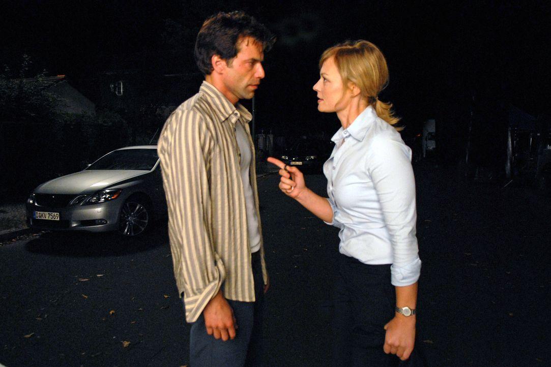 Martina (Susanna Simon, r.) stellt Dirk (Johannes Brandrup, l.) zur rede, weil er sie belogen hat. - Bildquelle: Stephanie Kulbach Sat.1