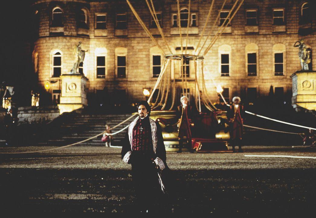 "Unter dem Decknamen ""Graf von Monte Cristo"" tritt Edmond Dantès (James Caviezel) an, Rache an seinem ehemals besten Freund zu nehmen ... - Bildquelle: Touchstone/Spyglass Entertainment Group, L.P."