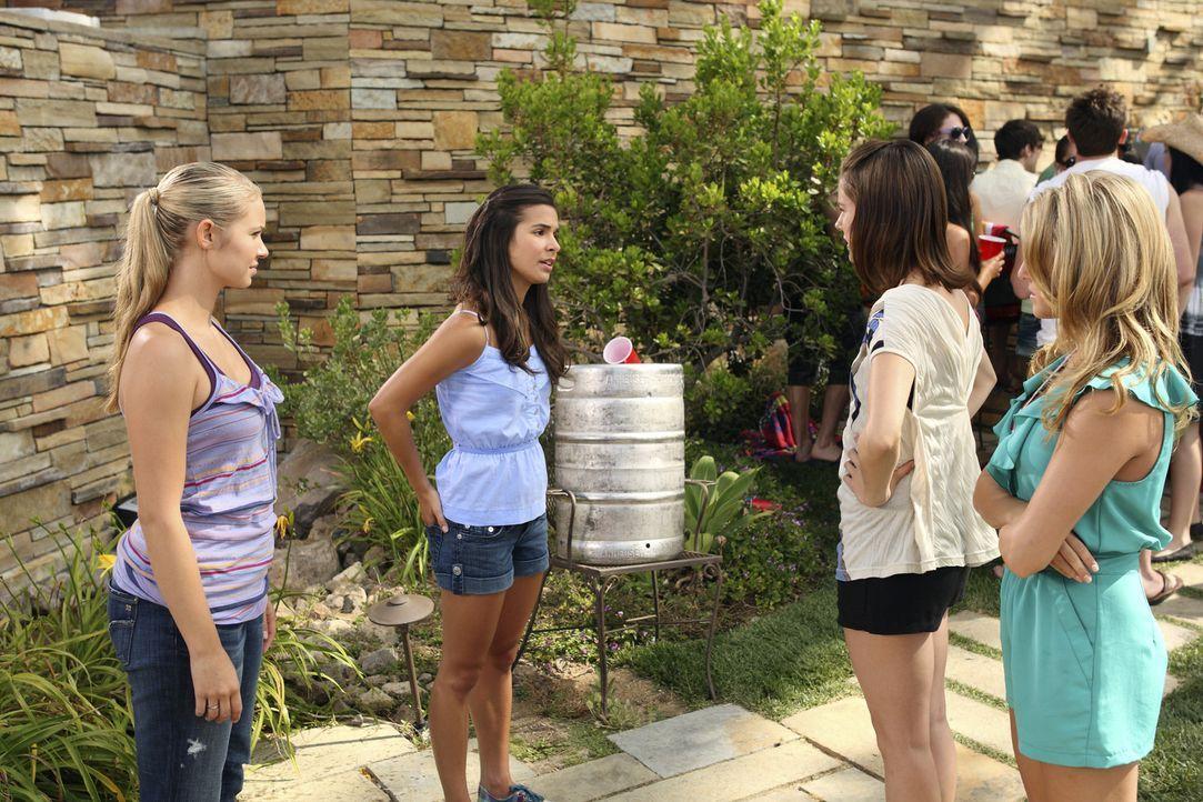 Kaylie (Josie Loren, 2.v.l.) ist wütend als sie sieht, dass Payson (Ayla Kell, l.), Emily (Chelsea Hobbs, 2.v.r.) und Lauren (Cassie Scerbo, r.) ge... - Bildquelle: 2010 Disney Enterprises, Inc. All rights reserved.