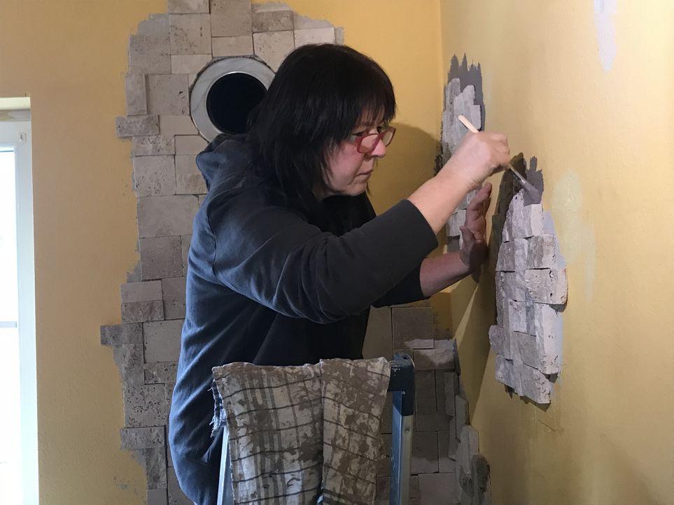 In der Wand der Familie Bitzer klafft ein Loch, die Farbe ist schmuddelig, der Fußbodden oll. Kurzum: Das Wohnzimmer wird renoviert. Mama Andrea (Bi... - Bildquelle: kabel eins