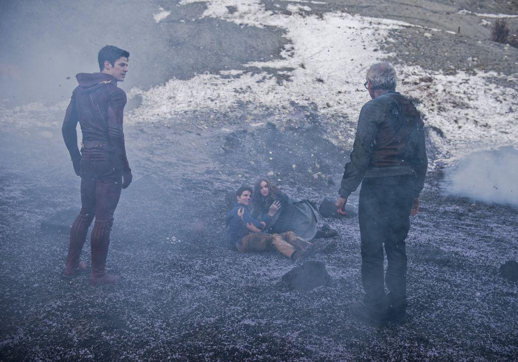 Noch glauben Barry alias The Flash (Grant Gustin, l.), Ronnie (Robbie Amell, 2.v.l.), Caitlin (Danielle Panabaker, 2.v.r.) und auch Dr. Stein (Victo... - Bildquelle: Warner Brothers.