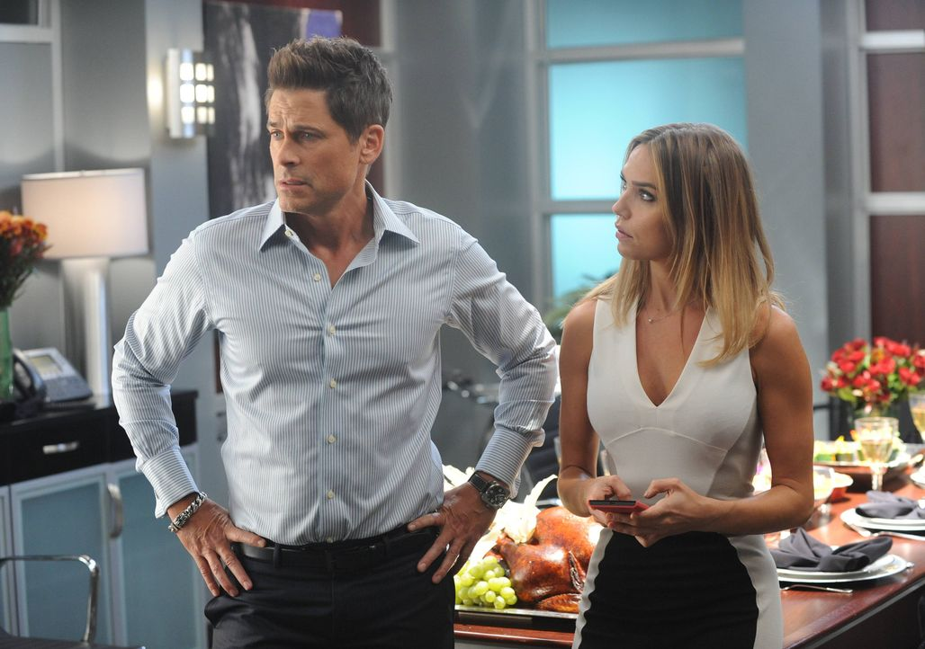 Thanksgiving vor der Kamera: Dean (Rob Lowe, l.) erinnert sich daran, wie er das letzte Thanksgiving für seine Serie mit der Kollegin Gabrielle (Ari... - Bildquelle: 2015-2016 Fox and its related entities.  All rights reserved.