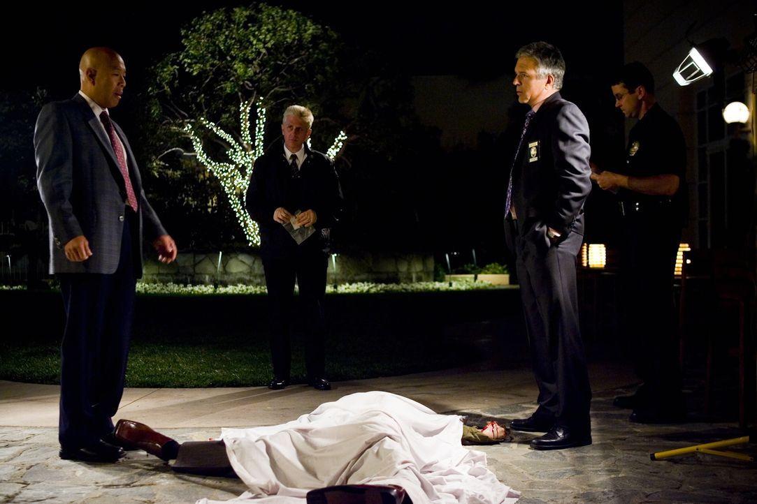 Mord oder Selbstmord? Det. Mike Tao (Michael Paul Chan, l.) und Flynn (Anthony John Denison, 2.v.r.) sind sich nicht einig .. - Bildquelle: Warner Brothers
