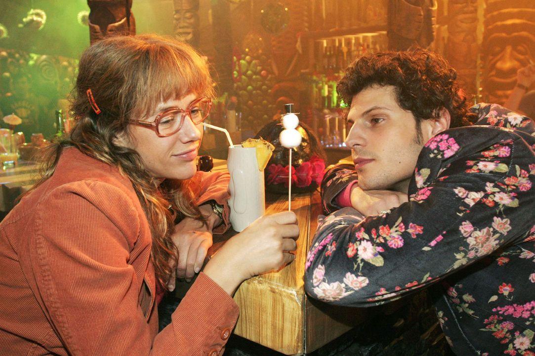 Lisa (Alexandra Neldel, l.) will nichts von Rokkos (Manuel Cortez, r.) Gefühlen, die er für sie empfindet, hören. Sie glaubt, dass er und Sophie... - Bildquelle: Noreen Flynn Sat.1