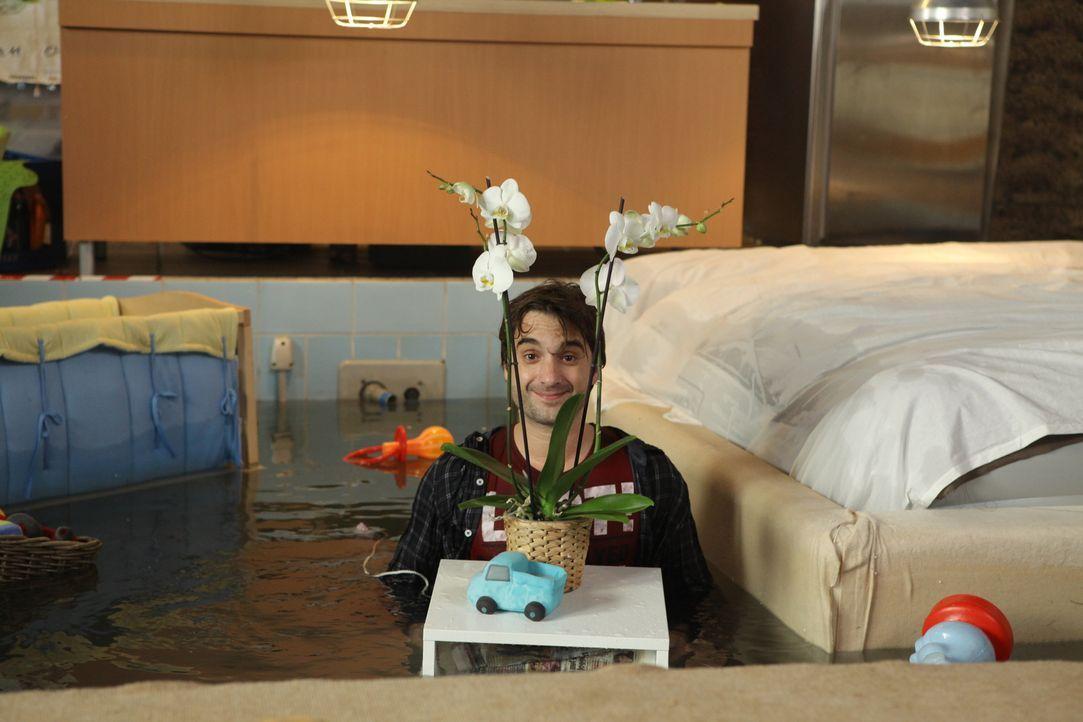 Während Steffi zu einem Schwangeren-Shooting reist, macht Tommi (Oliver Wnuk) mal wieder Party. Was leider total ausufert ... - Bildquelle: Petro Domenigg SAT.1