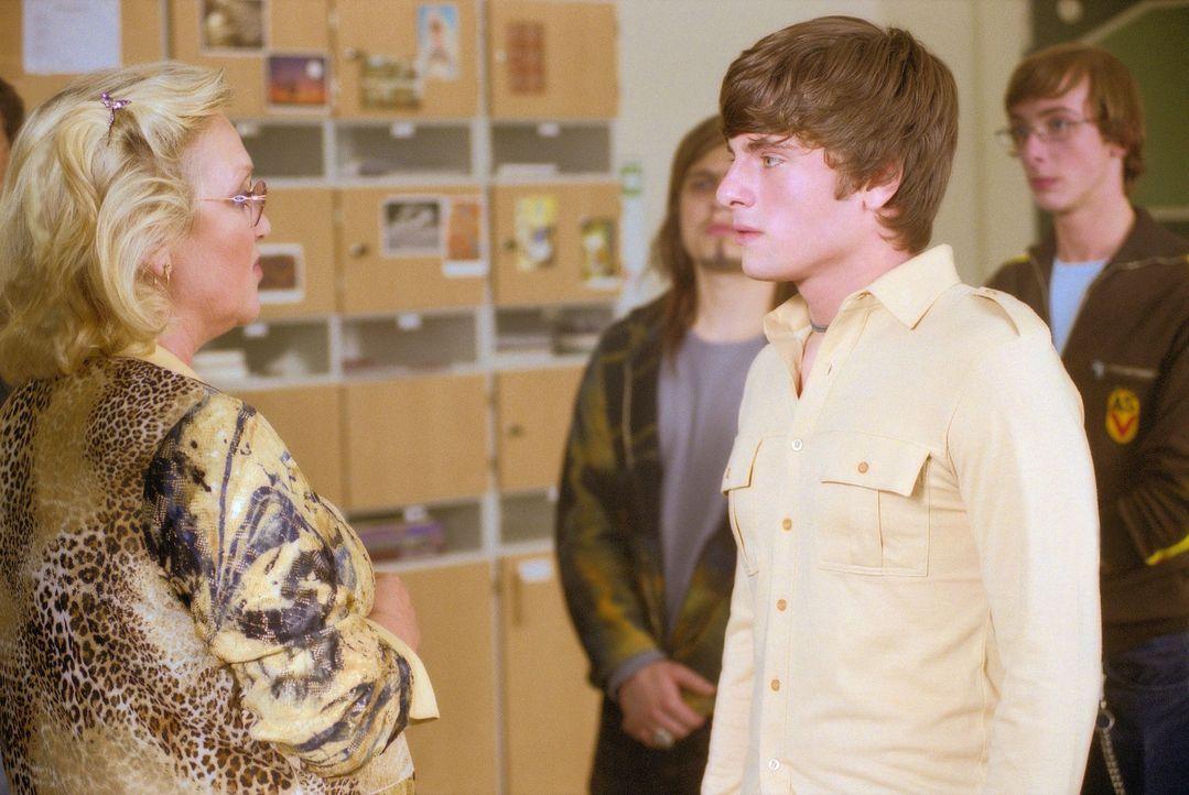 Seit der neue Schüler Frankie die Schule besucht, findet die energische Direktorin Dr. Finkeldey (Doris Kunstmann, l.) keine Ruhe mehr. Auch Frankie... - Bildquelle: Gordon Mühle ProSieben