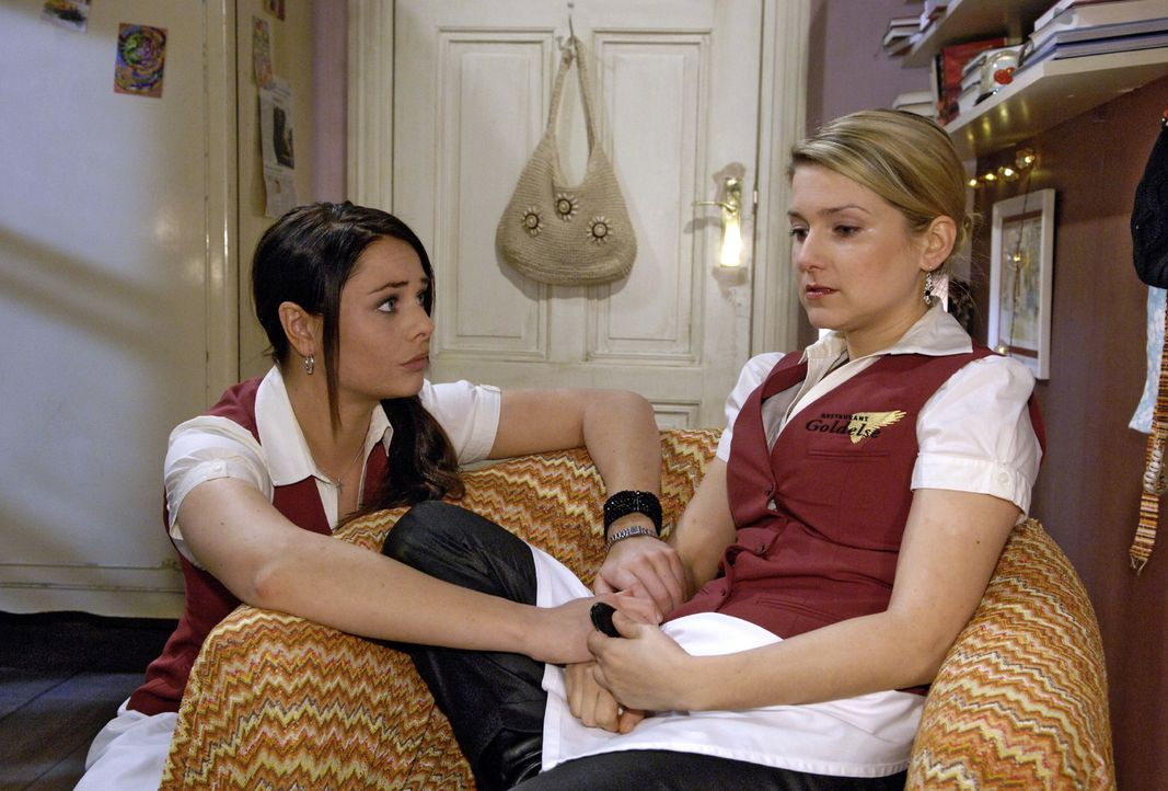 Paloma (Maja Maneiro, l.) versucht die aufgewühlte Anna (Jeanette Biedermann, r.) zu beruhigen... - Bildquelle: Oliver Ziebe Sat.1