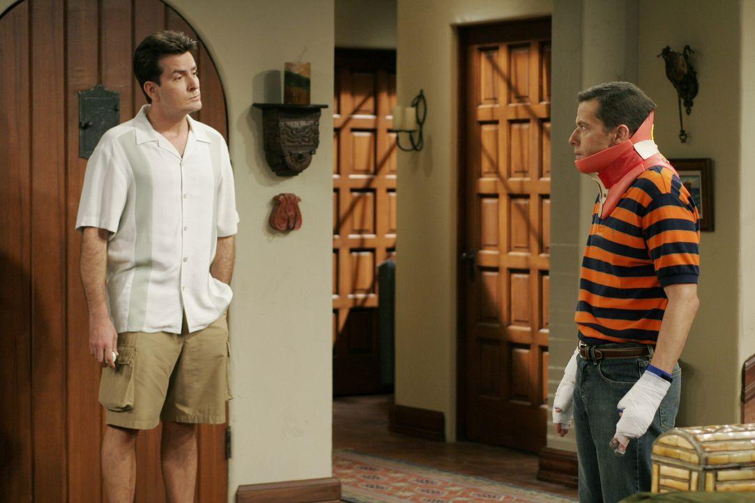 Durch den Sturz vom Dach ist Alan (Jon Cryer, r.) nicht fähig, Jake übers Wochenende zu nehmen. Charlie (Charlie Sheen, l.) verspricht ihm jedoch an... - Bildquelle: Warner Brothers Entertainment Inc.