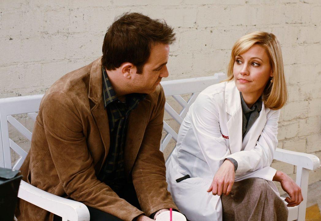 Die beiden Frauen in Coopers Leben, Charlotte (KaDee Strickland, r.) und Violet, verstehen sich toll, doch Cooper (Paul Adelstein, l.) kann mit der... - Bildquelle: ABC Studios