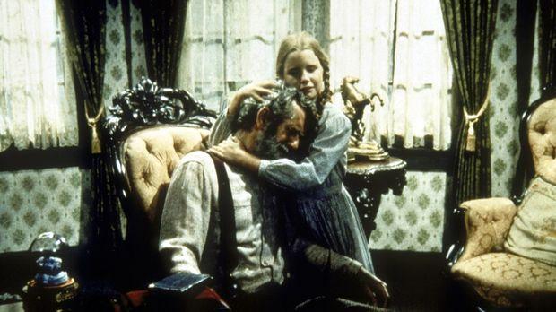Laura (Melissa Gilbert, r.) tröstet Amos Pike (John Anderson, l.). © Worldvision