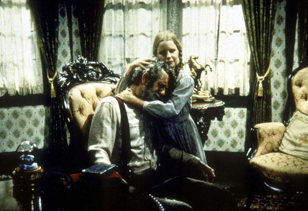 Laura (Melissa Gilbert, r.) tröstet Amos Pike (John Anderson, l.). - Bildquelle: Worldvision