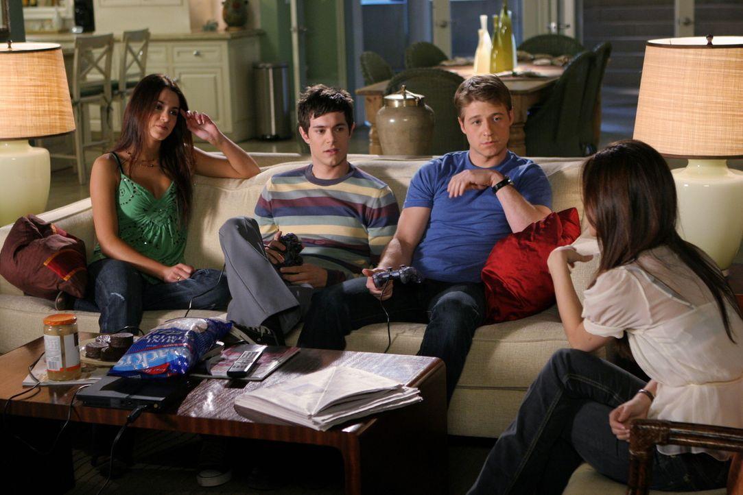 Verbringen einen gemeinsamen Abend miteinander: Summer (Rachel Bilson, r.), Ryan (Benjamin McKenzie, 2.v.r.), Seth (Adam Brody, 2.v.l.) und Sadie (N... - Bildquelle: Warner Bros. Television