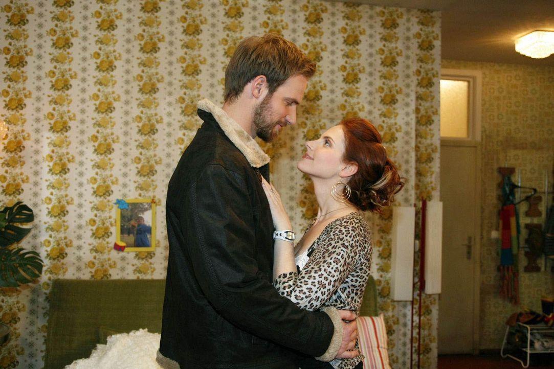 Manu (Marie Zielcke, r.) findet Knut (Christian Feist, l.), den charmanten Pächter der Eisbahn, immer anziehender ... - Bildquelle: SAT.1