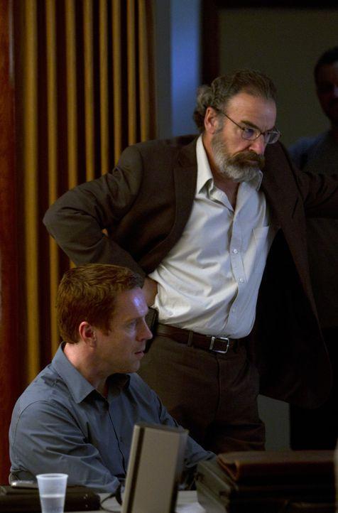 Brody (Damian Lewis, l.) soll Saul (Mandy Patinkin, r.) und Carrie helfen, seinen ehemaligen Peiniger zum Sprechen zu bringen ... - Bildquelle: 2011 Twentieth Century Fox Film Corporation. All rights reserved.