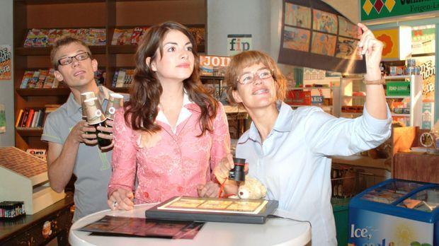 Begeistert bestaunen Lisa (Alexandra Neldel, r.) und Mariella (Bianca Hein, M...