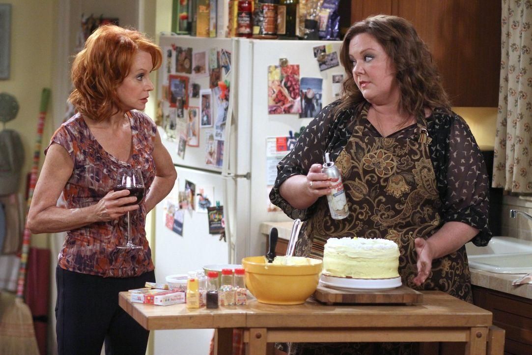 Molly (Melissa McCarthy, r.) erlebt eine Überraschung, als sie Joyce (Swoosie Kurtz, l.) und Victoria verkündet, dass Mike vielleicht ganz bei ihnen... - Bildquelle: Warner Brothers