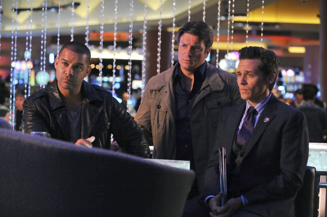 Javier Esposito (Jon Huertas, l.), Kevin Ryan (Seamus Dever, r.) und Richard Castle (Nathan Fillion, M.) glauben, dem Mörder des Casinobesitzers Sam... - Bildquelle: 2011 American Broadcasting Companies, Inc. All rights reserved.
