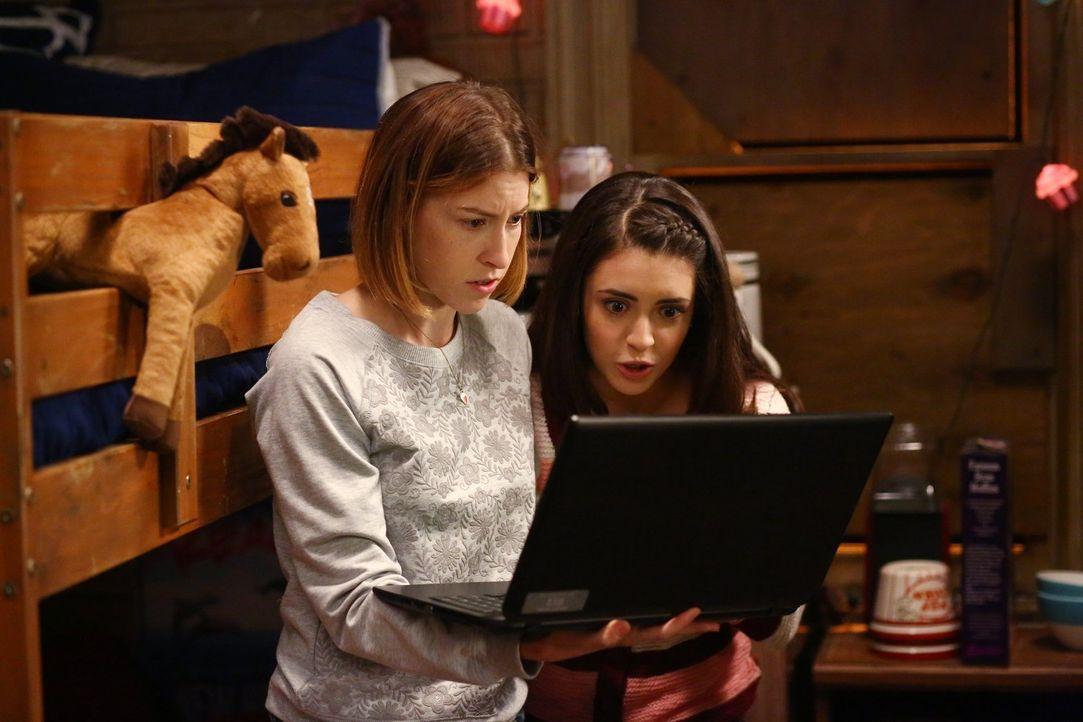 Sue (Eden Sher, l.) und Lexie (Daniela Bobadilla, r.) sind geschockt, als sie bemerken, dass Sue tatsächlich nicht mehr am College eingeschrieben is... - Bildquelle: Warner Bros.