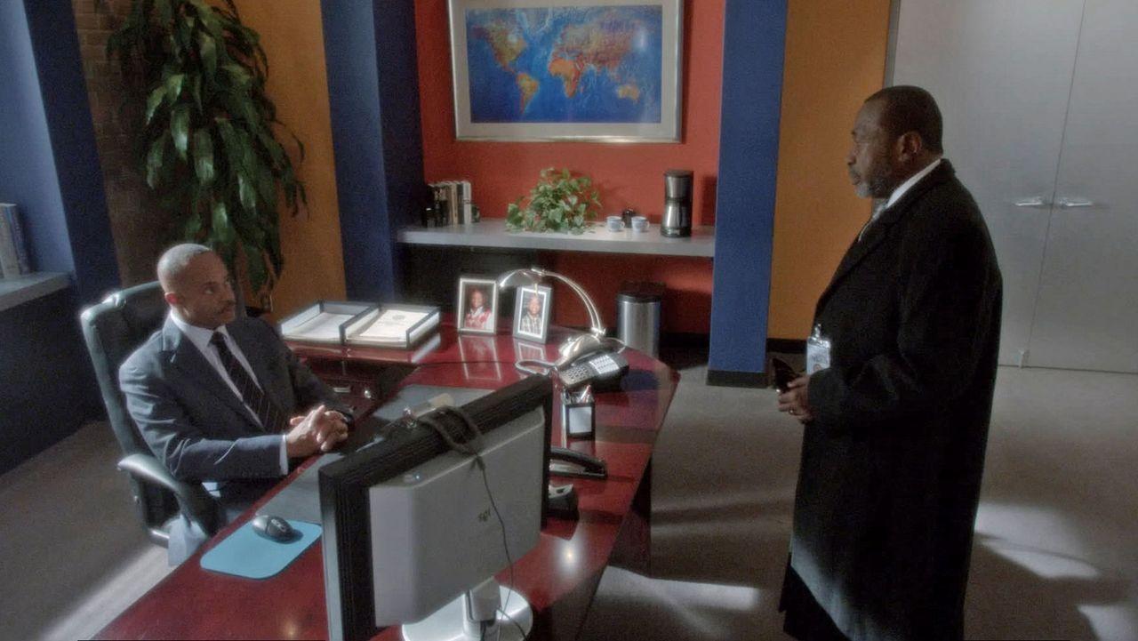 Director Vance (Rocky Carroll, l.) hat große Schwierigkeiten damit, seinem entfremdeten Schwiegervater (Ben Vereen, r.) zu verzeihen, der überrasche... - Bildquelle: CBS Television