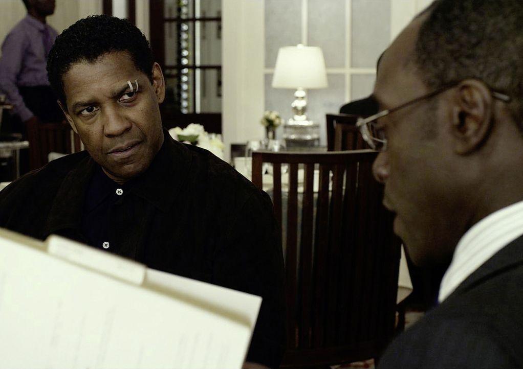 """Whip (Denzel Washington, l.) ist fassungslos, als sein Anwalt Hugh Lang (Don Cheadle, r.) ihn damit konfrontiert, dass das Urteil """"lebenslänglich"""" d... - Bildquelle: Robert Zuckerman 2012 PARAMOUNT PICTURES. ALL RIGHTS RESERVED."""