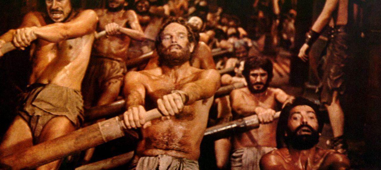 Als der römische Gouverneur durch ein Unglück verletzt wird, verurteilt Messala wider besseres Wissen Ben Hur (Charlton Heston, M.) als angebliche... - Bildquelle: Metro-Goldwyn-Mayer (MGM)