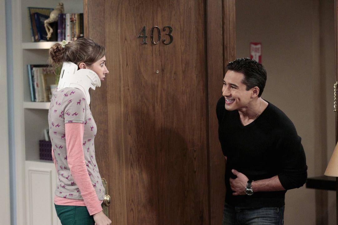 Dee Dee (Lauren Lapkus, l.) kann es nicht fassen, Mario Lopez (Mario Lopez, r.) steht vor ihrer Tür ... - Bildquelle: Warner Bros. Television