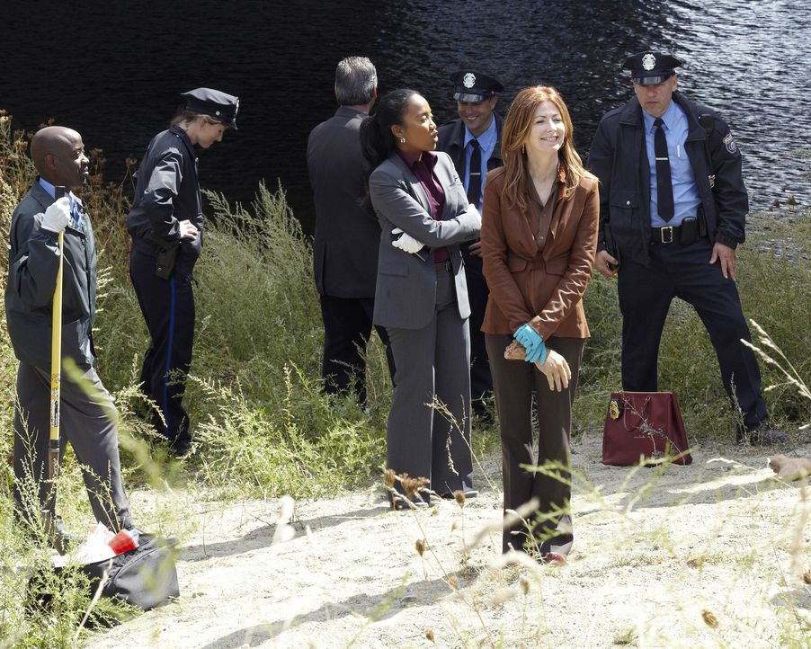 Eine Hand und ein Fuß einer zerstückelten Leiche wurden auf einem Feldweg gefunden. Megan (Dana Delany, vorne) und ihr Team versucht herauszufinden,... - Bildquelle: ABC Studios