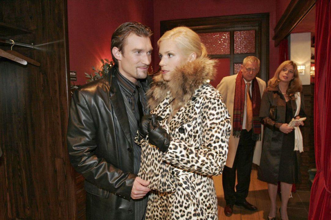 Richard (Karim Köster, l.) verlangt von Sabrina (Nina-Friederike Gnädig, M.), die vorgibt schwanger zu sein, dass sie sich von Friedrich (Wilhelm... - Bildquelle: Noreen Flynn Sat.1