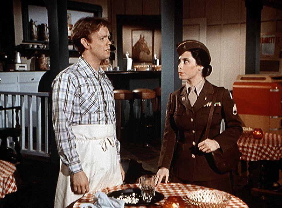 """Toni (Lisa Harrison, r.) besucht ihren Freund Jason (Jon Walmsley, l.) im """"Dew Drop Inn"""". - Bildquelle: WARNER BROS. INTERNATIONAL TELEVISION"""