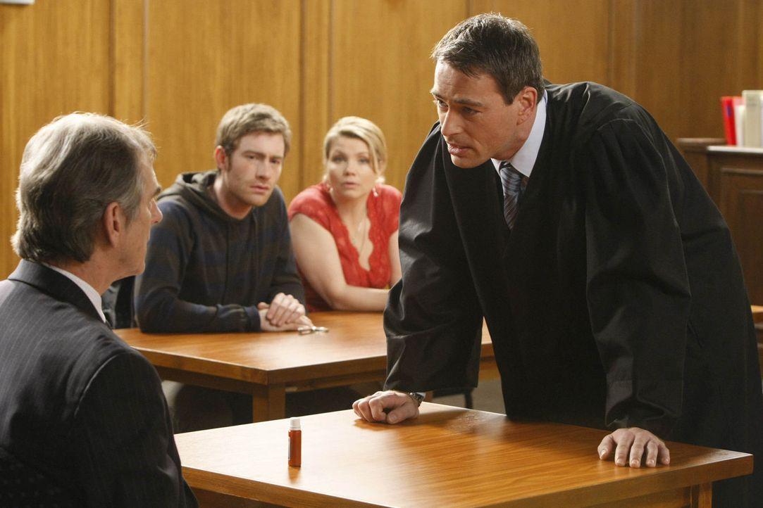 Da Danni (Annette Frier, 2.v.r.) wegen eines persönlichen Falls nicht selbst vor Gericht auftreten darf, wendet sie sich hilfesuchend an Oliver (Ja... - Bildquelle: SAT.1