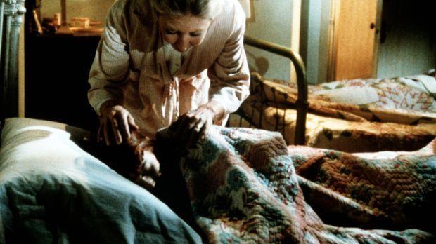 Immer wieder wird Elisabeth (Kami Cotler, vorne) von heftigen Albträumen gepl...