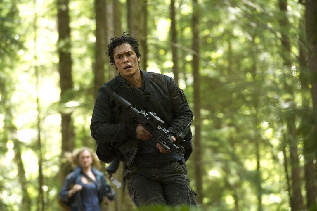 Bellamy (Bob Morley) weiß bereits, dass Finn nicht mehr der ist, der er mal war ... - Bildquelle: 2014 Warner Brothers