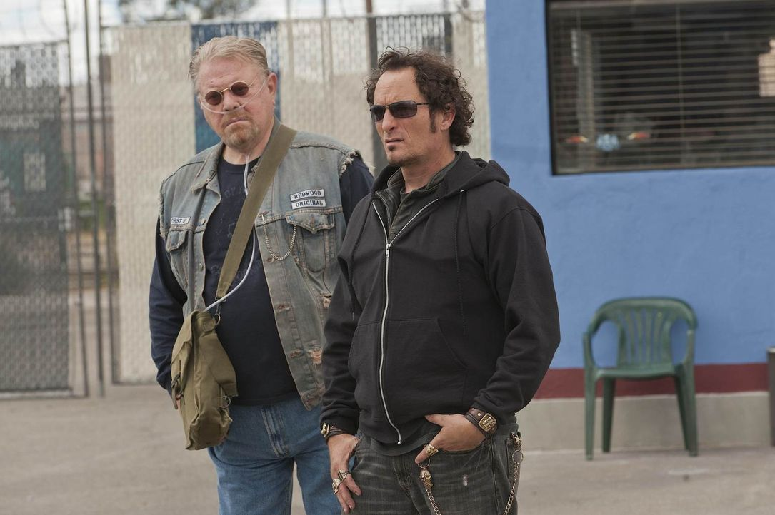 Geschäfte mit den Mexikanern sind nicht einfach: Piney (William Lucking) und Tig (Kim Coates) müssen auf jeden Schritt achten ... - Bildquelle: 2011 Twentieth Century Fox Film Corporation and Bluebush Productions, LLC. All rights reserved.