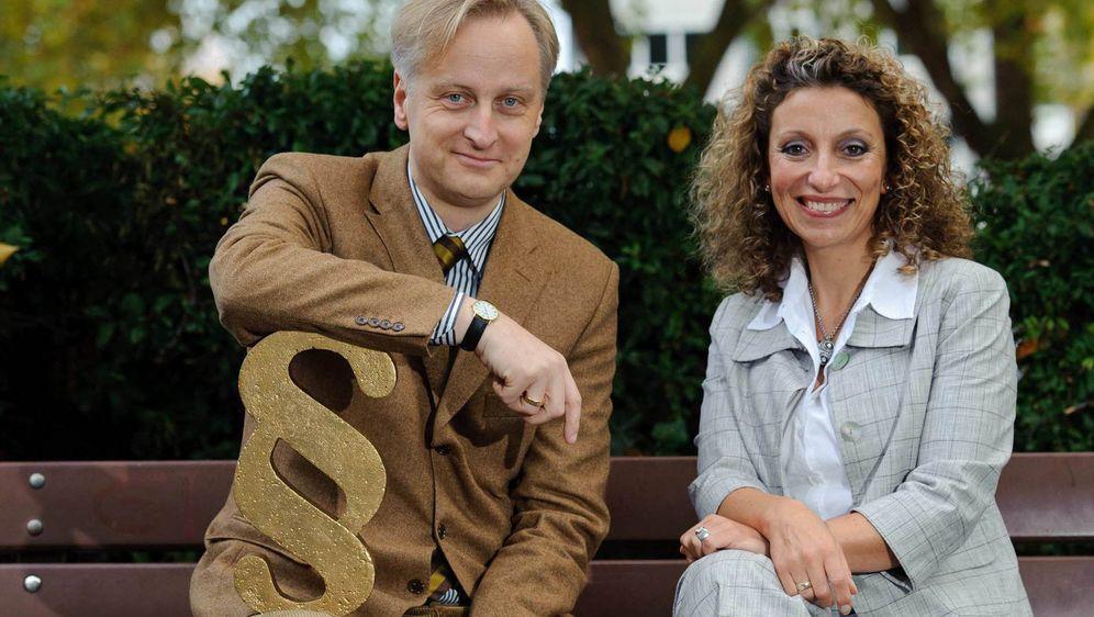 Die Rechtsanwälte Funda Bicakoglu (r.) und Carlos A. Gebauer (l.) setzen sic... - Bildquelle: Willi Weber SAT.1